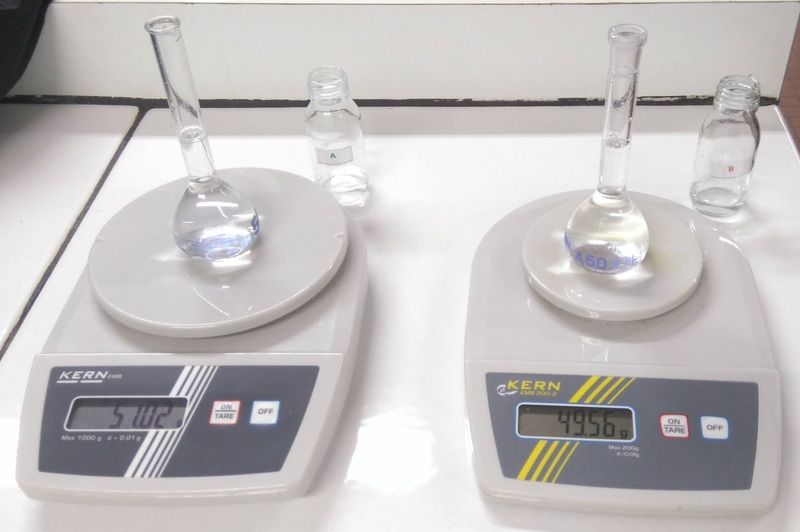 deux balances, une avec de l'eau pure et l'autre avec de l'eau salée